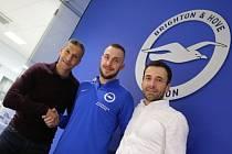Jiří Skalák (uprostřed) vedle trenéra Brightonu Chrise Hughtona (vlevo) a jeho agenta Viktora Koláře.