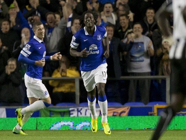 Romelu Lukaku z Evertonu (uprostřed) se raduje z gólu proti Newcastlu.