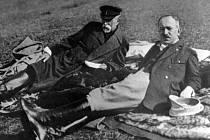 Prezident ČSR Tomáš Garrigue Masaryk (vlevo) a ministr Edvard Beneš leží v trávě v Topolčiankách.
