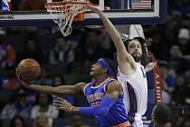 Toure' Murry z Knicks (vlevo) se snaží prosadit přes bránícího Joshe McRobertse z Charlotte.