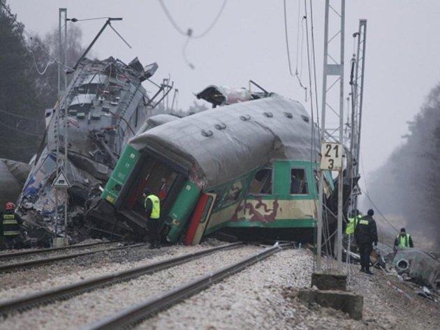 Při sobotní čelní srážce dvou osobních vlaků na jihu Polska zahynulo nejméně 15 lidí a více než pět desítek jich bylo zraněno, mnozí těžce.