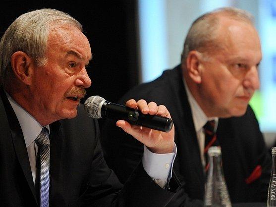 Kandidáti ODS pro přímou volbu prezidenta Evžen Tošenovský (vpravo) a Přemysl Sobotka se představili 2. května v Pardubicích členům strany v Pardubickém kraji.