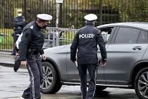 Rakouští policisté kontrolují řidiče v centru Vídně, 30. října 2020