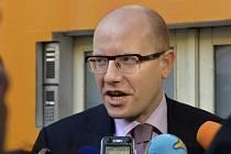 Předseda sociální demokracie Bohuslav Sobotka hovoří s novináři při příchodu do Lidového domu v Praze, kde 31. října zasedá grémium ČSSD.