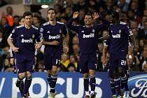 Kanonýr Realu Madrid Cristiano Ronaldo (druhý zprava) se raduje se spoluhráči z gólu proti Tottenhamu.