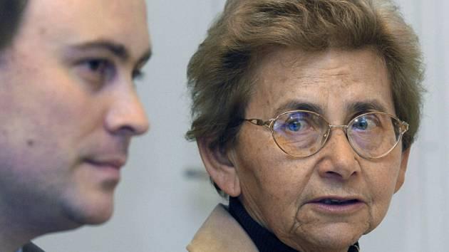 Tomáš Jelínek z Institutu Terezínské iniciativy a předsedkyně sdružení bývalých terezínských vězňů Dagmar Lieblová.