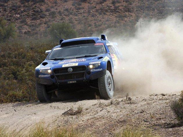 Španěl Carlos Sainz využívá svých zkušeností z rallyového MS.