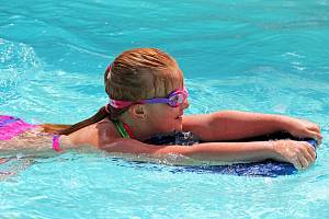 Děti školního věku se chtějí naučit plavat