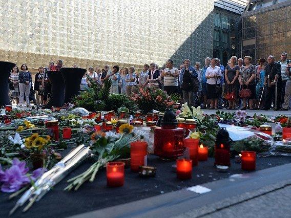 Poslední rozloučení se sedminásobnou olympijskou vítězkou Věrou Čáslavskou se konalo 12. září v Národním divadle v Praze. Na snímku lidé sledují na piazzetě Národního divadla přímý přenos z rozloučení.