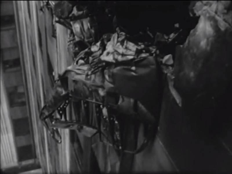 Trosky letadla zůstaly vklíněny do vzniklého otvoru