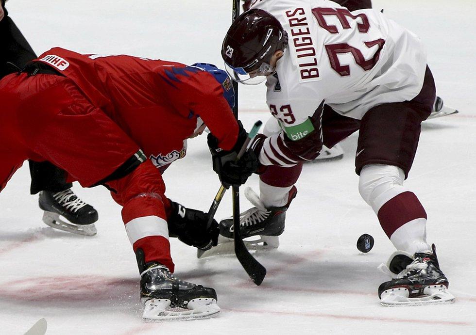 ČR-Lotyšsko. Hokejista Česka Radek Faksa, vpravo Teodors Blugers z Lotyšska.