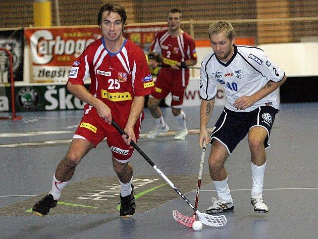 Čeští florbalisté v duelu s Finy.
