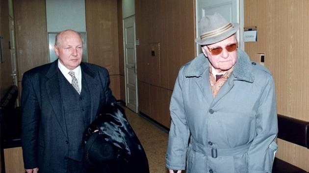 Bývalý příslušník StB Ladislav Mácha (vpravo) přichází do budovy soudy, který ho odsoudil za týrání faráře Toufara.