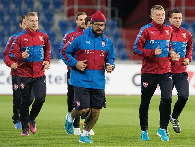 Kondiční trenér české reprezentace Petr Brabec (uprostřed) shráči.