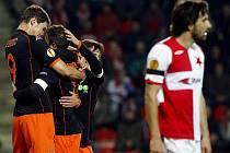 Fotbalisté Valencie se radují z úvodního gólu proti Slavii.