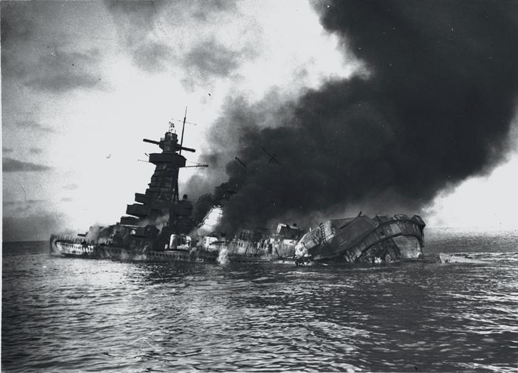 Loď Admiral Graf Spee krátce po zasažení