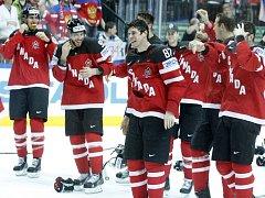 Hokejisté Kanady se radují ze zlatých medailí.