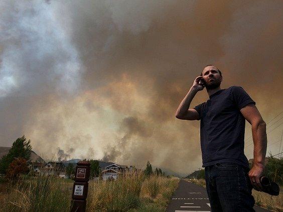 Rychle postupující lesní požár už sežehl více než 37.230 hektarů křovinatého území a borových lesů v oblasti západně od dálnice spojující osmitisícové město Hailey s Ketchumem a letoviskem Sun Valley.