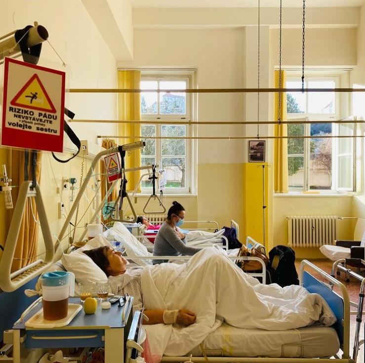 Když v nemocnici oznámila, že prošla pečovatelským kurzem Červeného kříže a chce pracovat na covidovém oddělení, hned ji přijali.