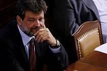 JEDEN Z MÁLA. Ministr vnitra Kubice nemá ani jednoho poradce a peníze na odměny podřízeným tvrdě osekal.
