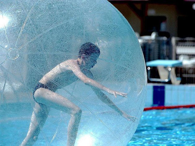 Již šestou sezonu mají obyvatelé a návštěvníci Kutné Hory možnost zchladit se v horkých letních dnech na venkovním koupališti. Mnoho si jich našlo cestu na plovárnu také v úterý 29. června 2010. Někteří si vyzkoušeli atrakci s názvem aquazorbing.