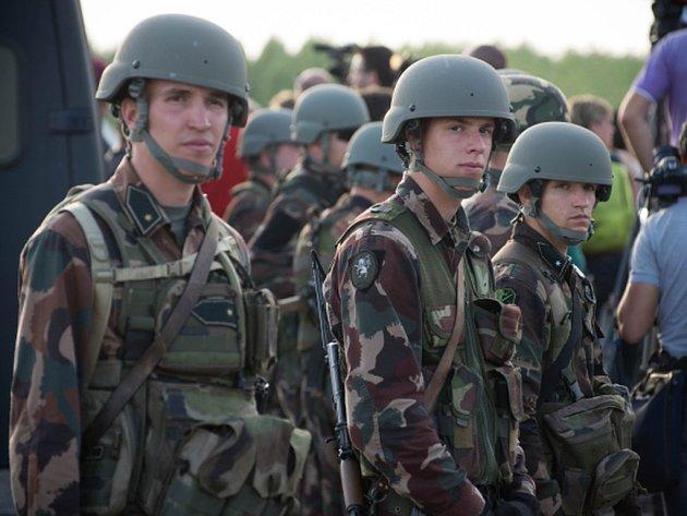 Maďarská vláda dnes kvůli migrační vlně vyhlásila krizový stav. Opatření mimo jiné umožní vyslat armádu, aby pomohla policii střežit hranice.