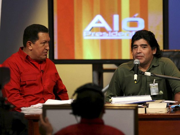 """Argentinská fotbalová legenda Diego Maradona (vpravo) během TV pořadu venezuelského prezidenta Huga Chaveze """"Alo Presidente"""". Chavez s radostí naslouchá (vlevo)."""