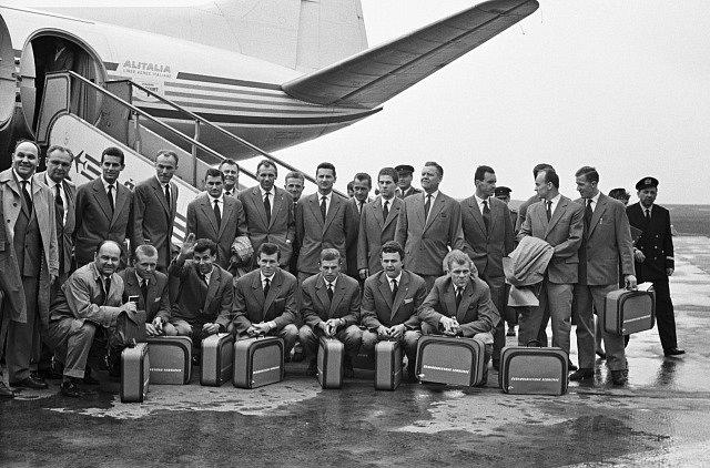 Český fotbal opustila legenda. Josef Masopust na snímku s českým týmem před odletem na MS 1962
