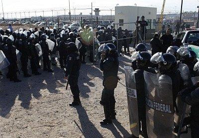 Policisté před věznicí v Ciudad Juárez.