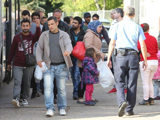 Úřady německého městečka Nieheim kvůli migrantům vystěhovávají nájemníky z obecních bytů, napsal týdeník Stern. Podle jeho zjištění jedna žena musela domov opustit po 16 letech, které v něm strávila.