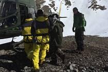 Skupina sedmi Čechů pod vedením majitele CK Livingstone Rudolfa Švaříčka uvízla v Himálaji vinou laviny ve výšce 4300 metrů.