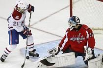 Michal Neuvirth hájí branku Washingtonu proti střele montrealského Briana Gionty.