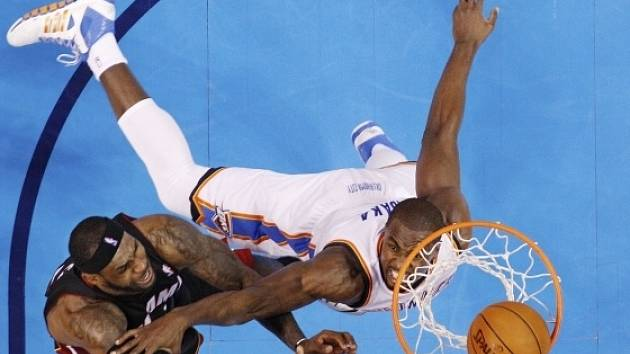 Miami vs. Oklahoma: LeBron James v akci (vlevo)