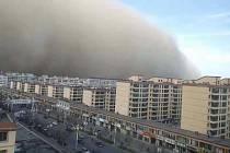 Severozápad Číny zasáhla písečná bouře. Město Čang-jie v provincii Kan-su.
