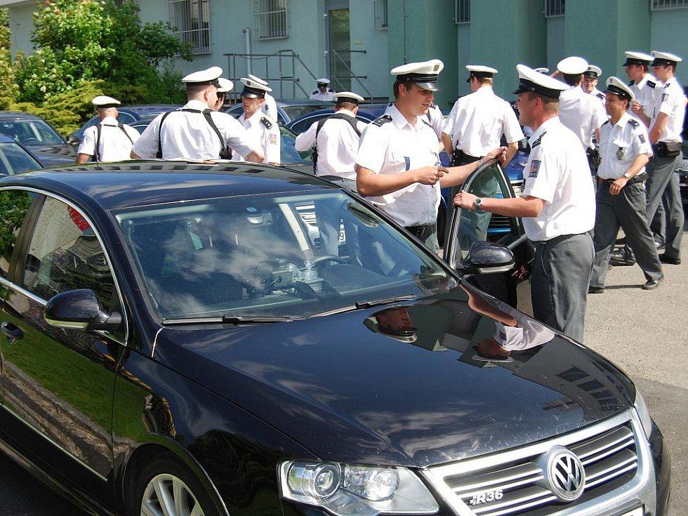 Silnice Plzeňského kraje křižovaly policejní vozy VW Passat R36. Uniformované posádky automobilů, které jinak jezdí pouze na dálnicích, kontrolovaly řidiče v Plzni i okolí.