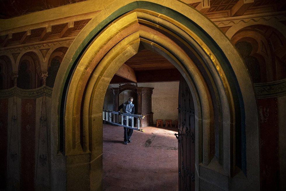 Zatímco je hrad uzavřen, v druhém patře Mariánské věže se prováděl generální úklid.