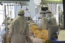 Pacient s koronavirem v nemocnici v Římě.