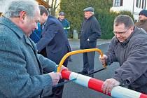 Starostové šesti partnerských obcí z česko–bavorského příhraničí si pro oslavu vybrali přechod Železná–Tyllischanz, kde přeřízli hraniční závoru. Na snímku je starosta Poběžovic Hynek Říha a starosta ze Weidingu Hans Wirnshofer.