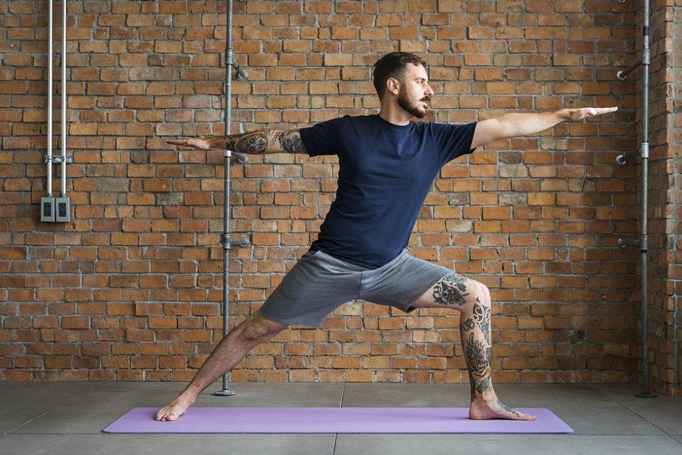 I muži už objevili kouzlo pilates. Pomáhá totiž i na mužské zdravotní neduhy.