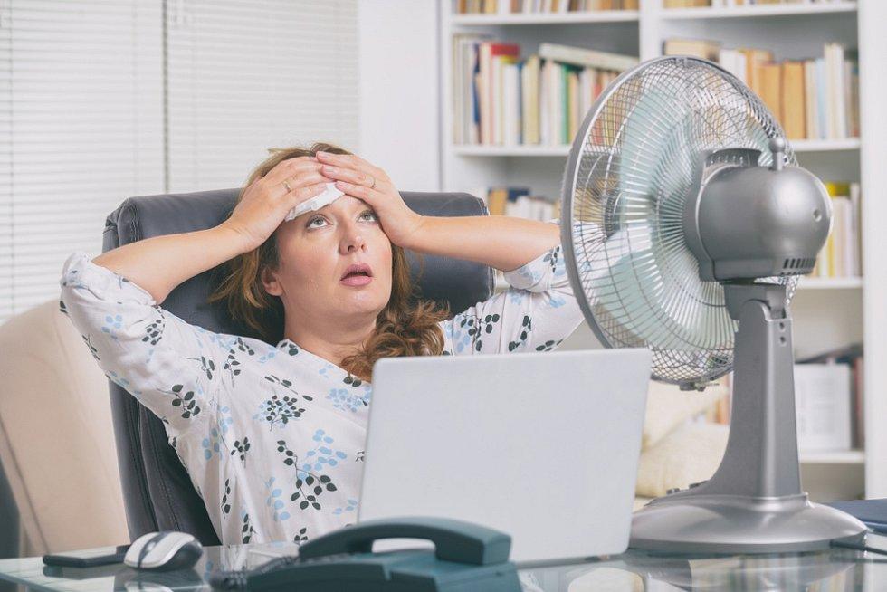 Bez klimatizace je práce v horkých dnech náročnější.