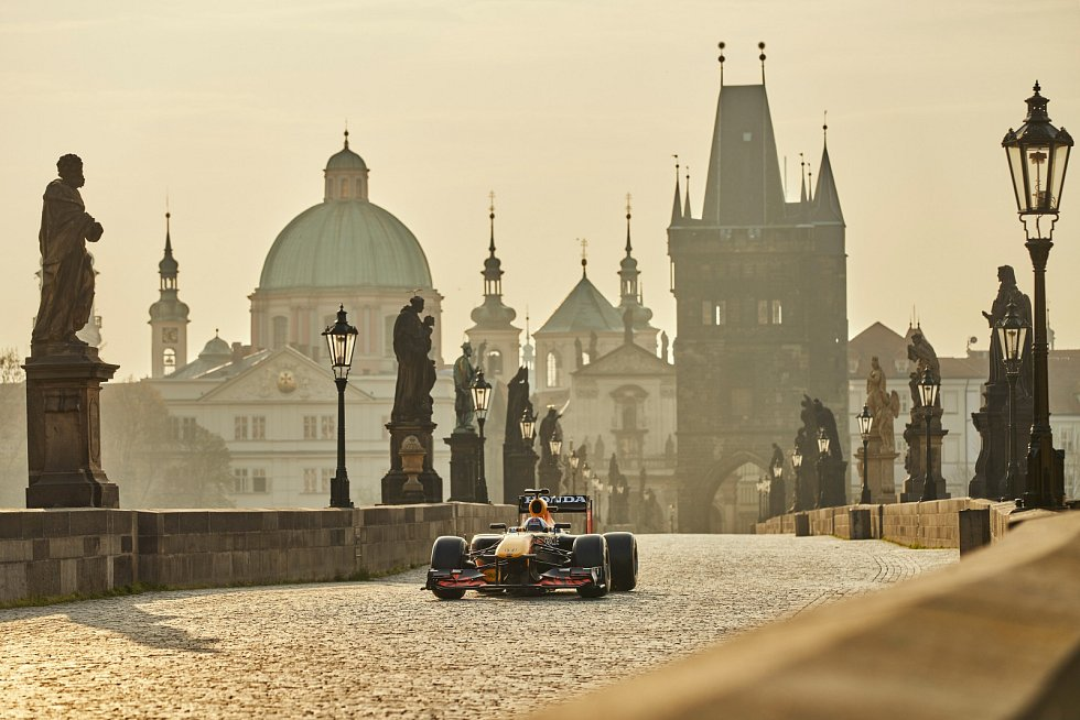 Formule 1 otestovala nosnost Karlova mostu