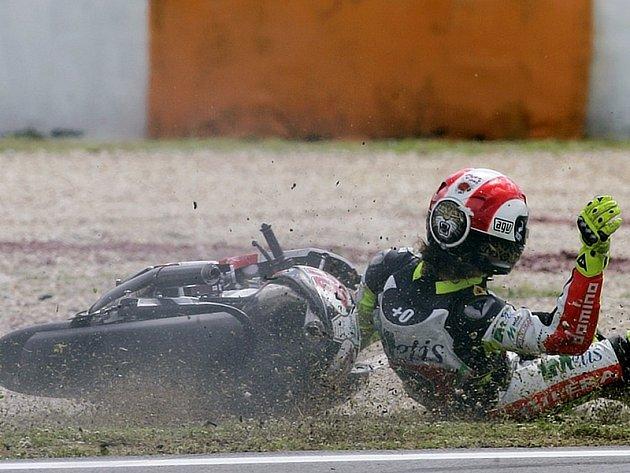 I když se Ital Marco Simoncelli se svou Gilerou poroučel k zemi, ve třídě do 250 ccm začal kvalifikaci na GP Portugalska ze všech nejlépe.