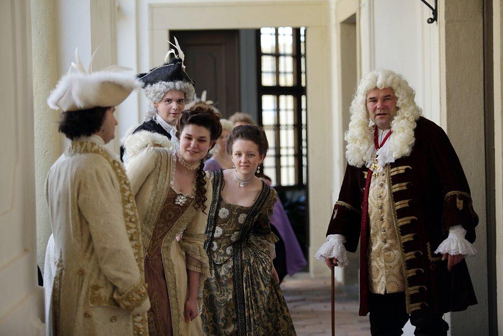 Podloubí slavkovského zámku a komparzisté, kteří nacvičují scénu pod vedením pomocného režiséra Jiřího Severy (vpravo), který si v sérii také sám zahrál.