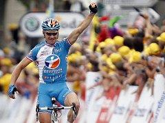 Thomas Voeckler slaví vítězství v 5. etapě Tour de France.