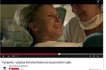 Nová česká komedie podle bestselleru Michala Viewegha Vybíjená má další ukázku, tentokrát se Simonou Krainovou přímo z porodního sálu. Pro ni si totiž tvůrci filmu přichystali mimo jiné scénu porodu.