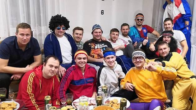 """FC Zavidov 05 (Rakovnicko). Zavidovská """"parta smělá"""" si udělala akci v retro teplákových soupravách."""
