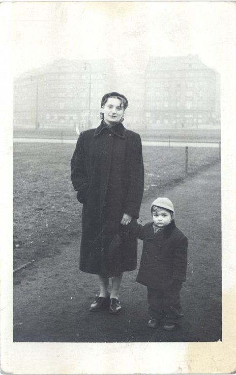 Malý Jan Burian se svojí matkou