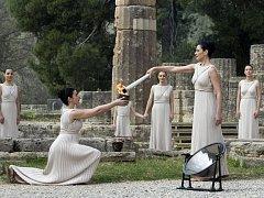 V řecké Olympii v pondělí slavnostně vzplál olympijský oheň.