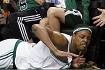 Paul Pierce (Boston Celtics) přistál na zemi.