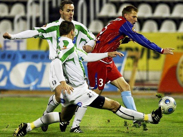 Martin Horáček a Jaroslav Dittrich z Bohemians Praha ( v zelenobílém) se snaží zastavit Petra Čoupka z Brna.